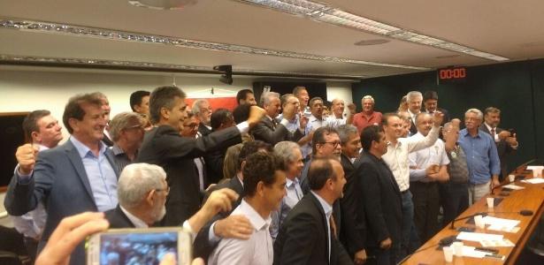 Bancada do PT comemora decisão de apoiar André Figueiredo (PDT-CE, ao centro) para presidente da Câmara