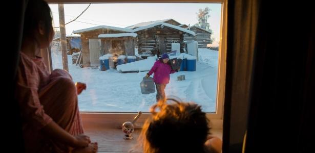 Crianças observam moradora sob frio de 20 graus negativos em Beaver, Alasca