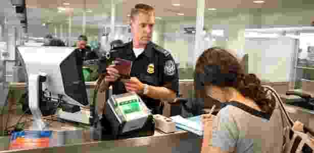 Funcionário da imigração verifica o passaporte de passageira nos EUA - James Tourtellotte/Flickr U.S. Customs and Border Protection Follow - James Tourtellotte/Flickr U.S. Customs and Border Protection Follow
