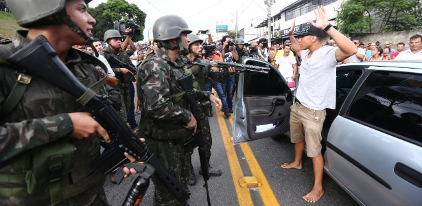 7.fev.2017 - Soldados do Exército comparecem ao local onde manifestantes contrários à paralisação da Polícia Militar realizaram um protesto