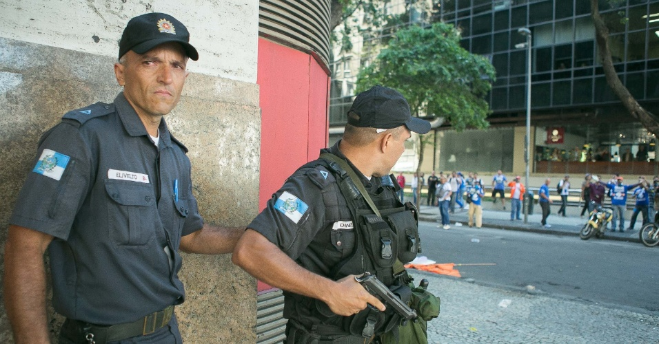 9.fev.2017 - Policial exibe arma de fogo durante confronto entre policiais e manifestantes nas imediações da Alerj, no Centro do Rio. Servidores do Estado protestam contra o pacote de austeridade do governo Pezão e a privatização da Cedae