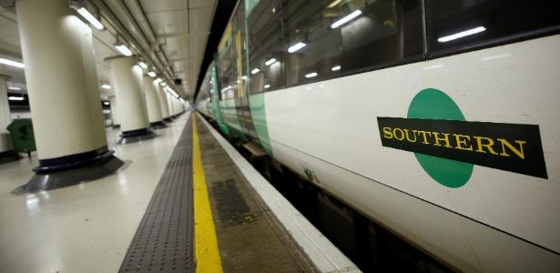 13.dez.2016 - Trem da operadora Southern espera em plataforma vazia na estação Victoria, em Londres