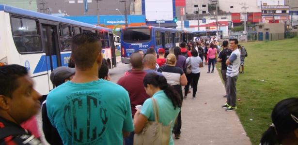 Usuários de trem fizeram fila de manhã para pegar ônibus na estação Francisco Morato