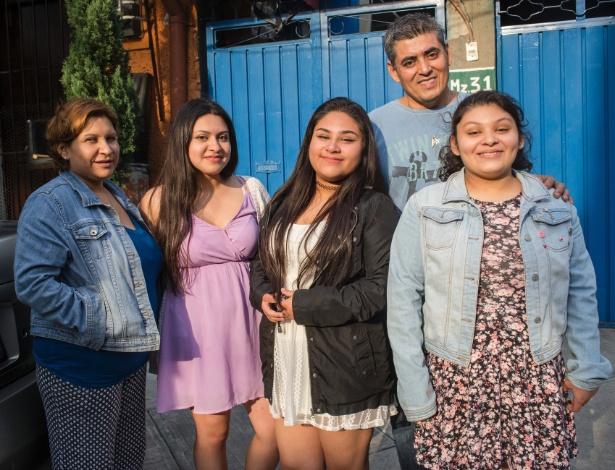 Família Alvarez na porta de sua casa, na Cidade do México