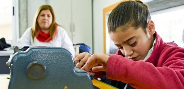 3.set.2017 - A professora Analia Lira aprendeu braile para ensinar a estudante María Luisa Carballo