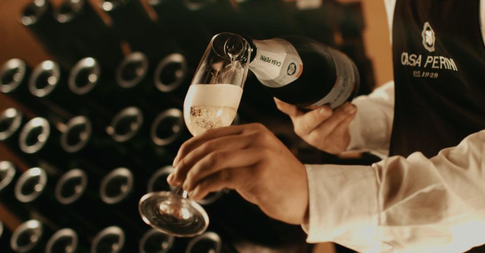 O espumante brasileiro Casa Perini Moscatel, da vinícola Perini, foi escolhido como o quinto melhor vinho do mundo pela Associação Mundial de Jornalistas e Escritores de Vinhos e Destilados (WAWWJ). Confira como é o processo de fabricação da bebida, segundo a vinícola que a produz