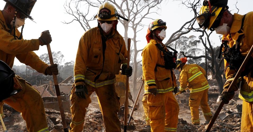 13.out.2017 - Bombeiros trabalham no local em que casa foi destruída pelas chamas em Santa Rosa