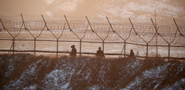 Soldados sul-coreanos patrulham fronteira perto da zona desmilitarizada que divida as duas Coreias, em Paju, Coreia do Sul - Kim Hong-Ji/ Reuters