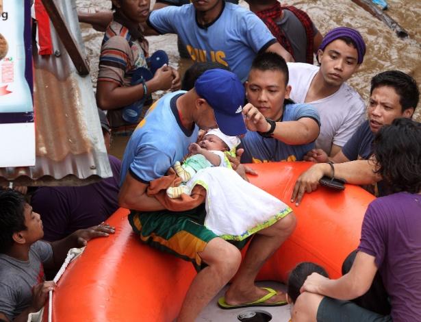 Policiais resgatam bebê em cidade filipina após passagem da tempestade tropical