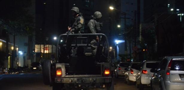 Exército faz patrulha nas ruas do bairro de Ponta Negra, em Natal