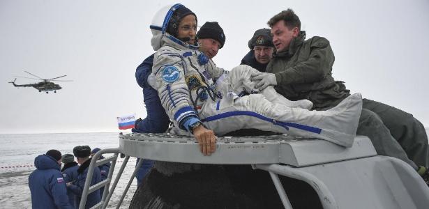 O astronauta Joe Acaba sai da cápsula da nave Soyuz MS-06 após aterrissagem em Dzhezkazgan, no Cazaquistão
