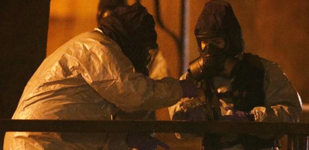 Equipes especializadas trabalham no banco em que o ex-espião Sergei Skripal e sua filha Yulia foram envenenados com um agente neurotóxico no Reino Unido