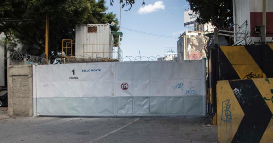 22.mar.2018 - Portão impede acesso a entrada da estação Bello Monte, do metrô de Caracas, na Venezuela: obra foi inaugurada em 2015, mas acesso não ficou pronto