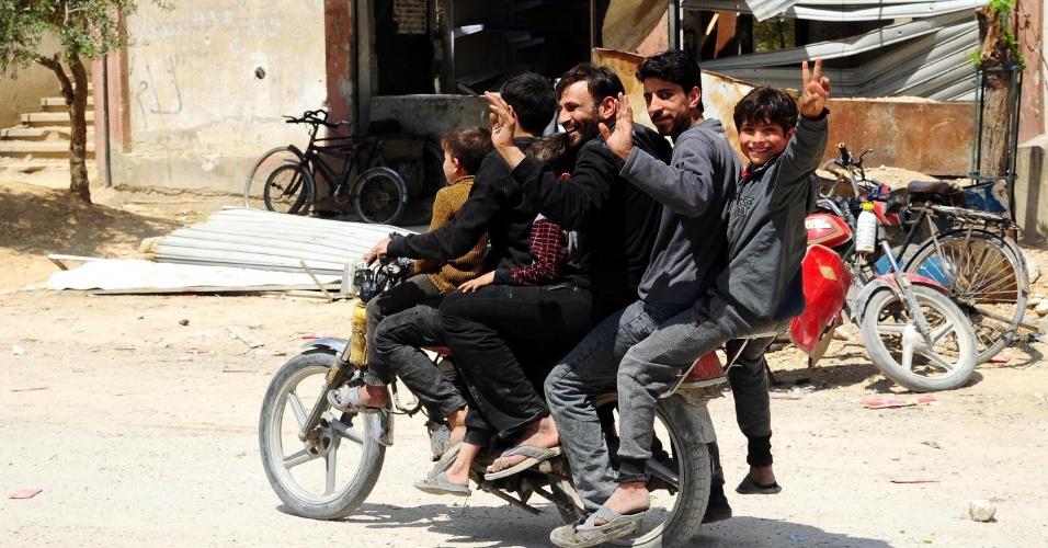 14.abr.2018 - Sírios andam de moto no distrito de Douma, a leste de Damasco, depois que forças de segurança sírias e russas ocuparam a região neste sábado (14). Mais cedo, cerca de 100 ônibus com combatentes do Exército Islâmico e suas famílias fugiram da região após acordo com o governo; distrito era um dos últimos bastiões rebeldes no país e há suspeita que o ditador Bashar Al Assad tenha atacado com armas químicas o local na semana passada