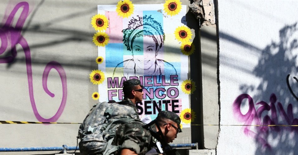 RJ - MARIELLE FRANCO/ASSASSINATO/RECONSTITUIÇÃO - GERAL - A Polícia Civil do Rio de Janeiro e soldados das Forças Armadas já iniciaram os preparativos para a reprodução simulada (reconstituição) do assassinato da vereadora Marielle Franco (PSOL) e do motorista Anderson Gomes. A via onde ocorreu o crime está parcialmente bloqueada e equipamentos que serão utilizados na simulação da noite desta quinta já chegaram ao local. Soldados do Exército chegaram em cinco caminhões com equipamentos como um gerador com refletores e uma retroescavadeira. Uma proteção balística foi instalado na esquina da Rua João Paulo I, no Estácio, local do crime. Sacos de areia foram colocados na calçada, já que os policiais pretendem fazer disparos com munição de verdade durante a reprodução assistida, marcada para às 22h. Duas horas antes, três ruas do entorno serão fechadas. Lonas escuras foram colocadas em grades próximas ao local para impedir que curiosos acompanhem a reconstituição. 10/05/2018 - Foto: FÁBIO MOTTA/ESTADÃO CONTEÚDO