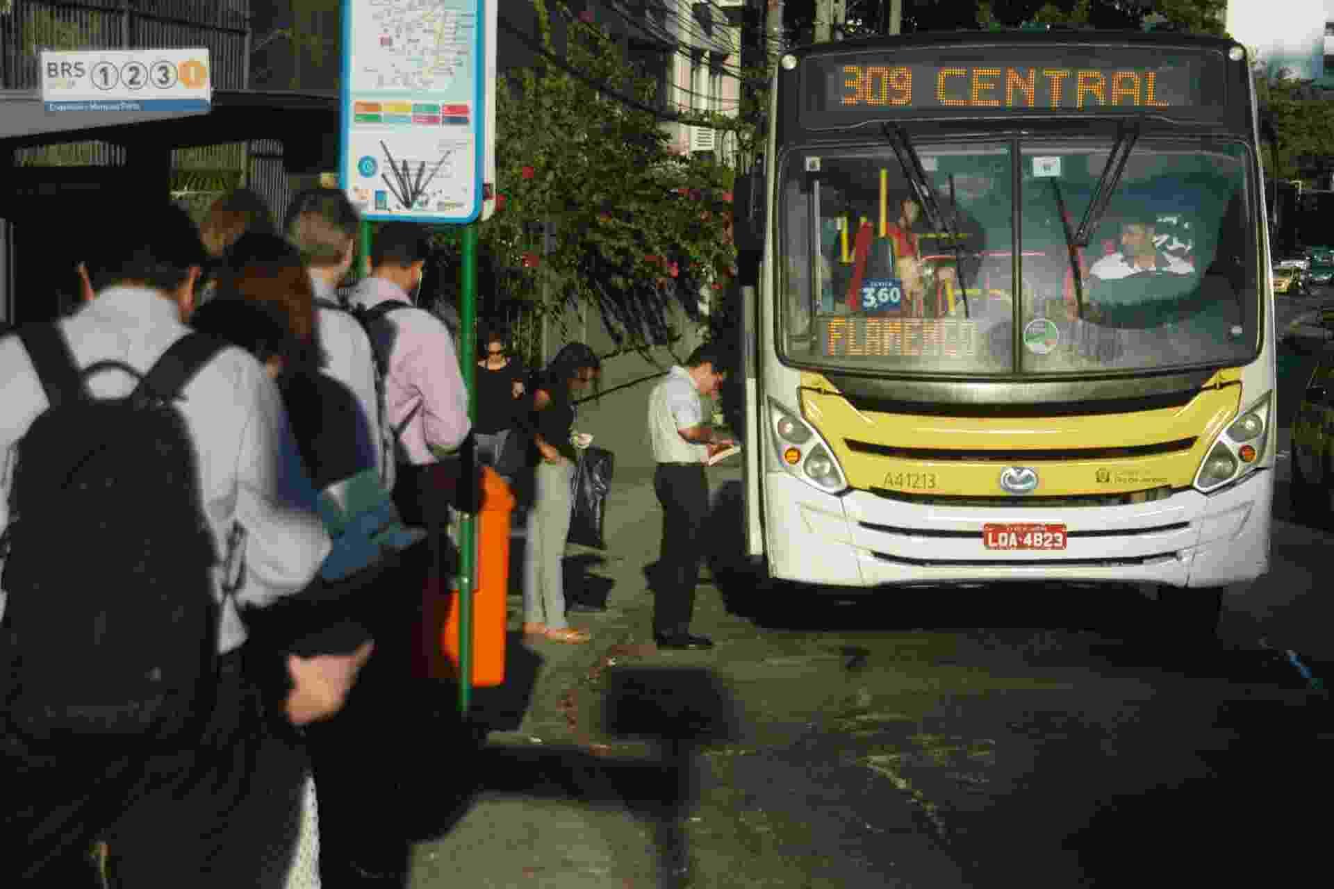 Usuários do transporte coletivo no Rio de Janeiro, nesta segunda (28), sofrem dificuldades para chegar ao trabalho. A frota de ônibus foi reduzida em 40% na cidade, por conta de falta de combustível, gerada pela greve dos caminhoneiros - Alessandro Buzas/Futura Press/Estadão Conteúdo