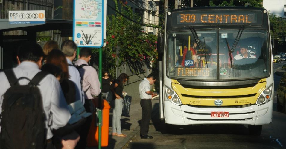 Usuários do transporte coletivo no Rio de Janeiro, nesta segunda (28), sofrem dificuldades para chegar ao trabalho. A frota de ônibus foi reduzida em 40% na cidade, por conta de falta de combustível, gerada pela greve dos caminhoneiros
