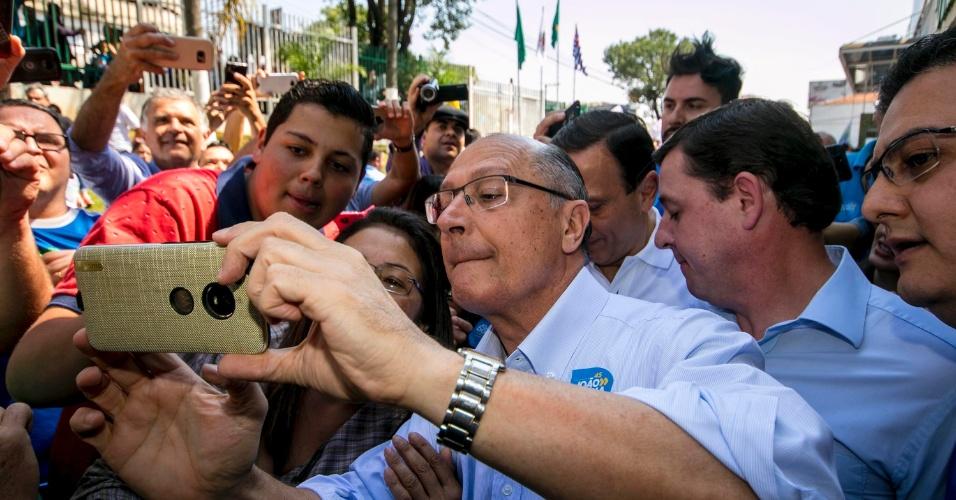 2.set.18 - Geraldo Alckmin (PSDB) tira selfie com eleitores, em dia de encontro com lideranças do partido em São Bernardo do Campo, no ABC Paulista