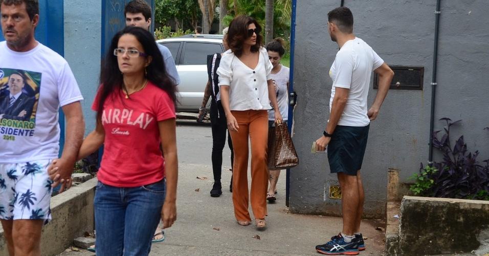Juliana Paes chega a sua zona eleitoral para votar