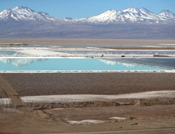 Para produzir baterias de celular, empresas exploram a pouca água do deserto do Chile