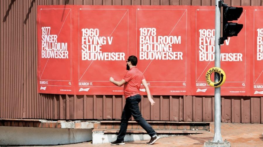 A campanha Tagwords, da Budweiser, usa frases em outdoor com convite para pesquisá-las na internet - Divulgação