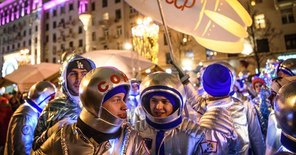 Jovens vestidos de cosmonautas celebram o ano novo de 2019 em Moscou