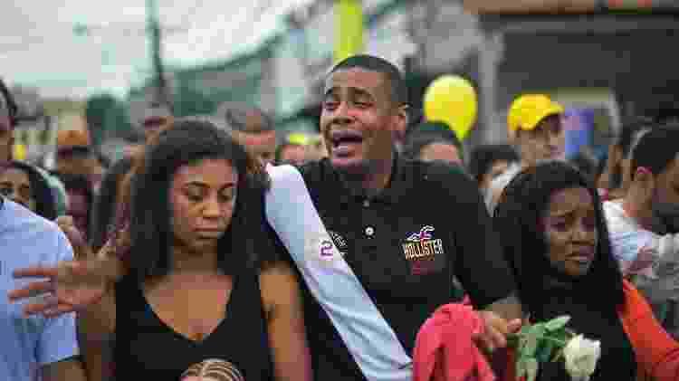 Parentes se despedem da criança Agatha Félix, assassinada aos 8 anos de idade - Carl de Souza/AFP