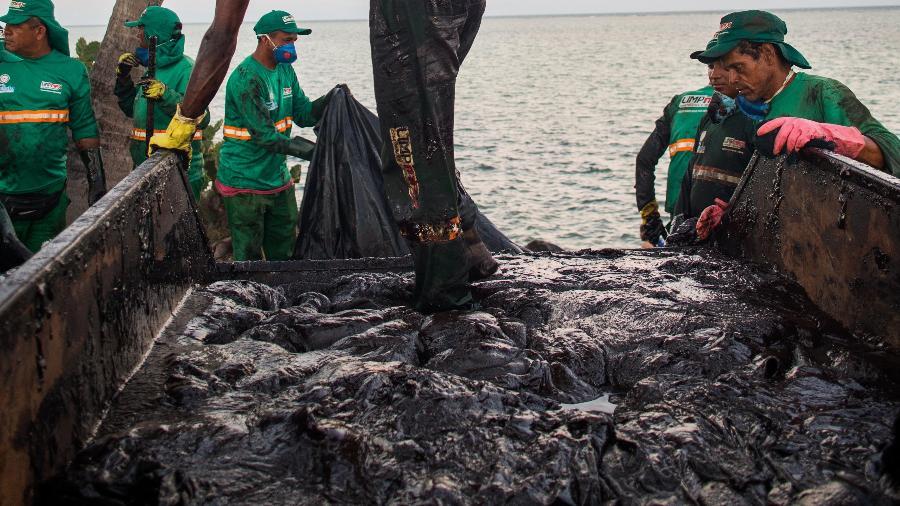 24.out.2019 - Trabalho de remoção do óleo na Praia do Janga, em Paulista, na região metropolitana do Recife (PE) - Tiago Queiroz/Estadão