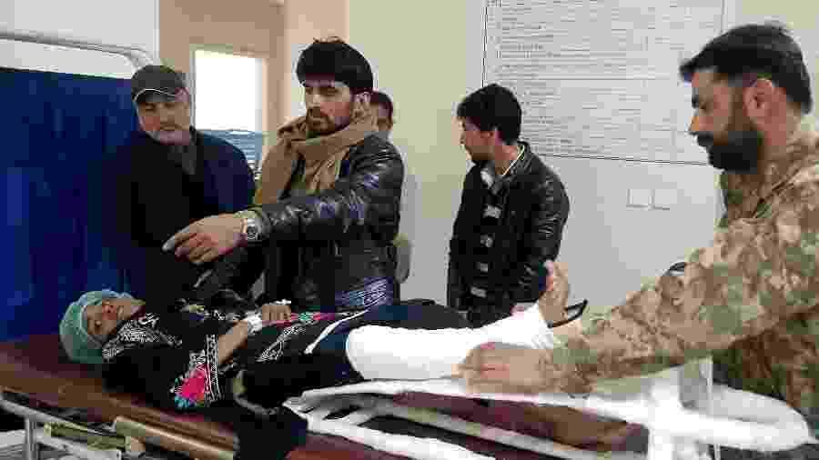 Samina Bibi, 12 anos, passou 18 horas soterrada por uma avalanche em Caxemira, no Paquistão - Abu Arqam Naqash/Reuters