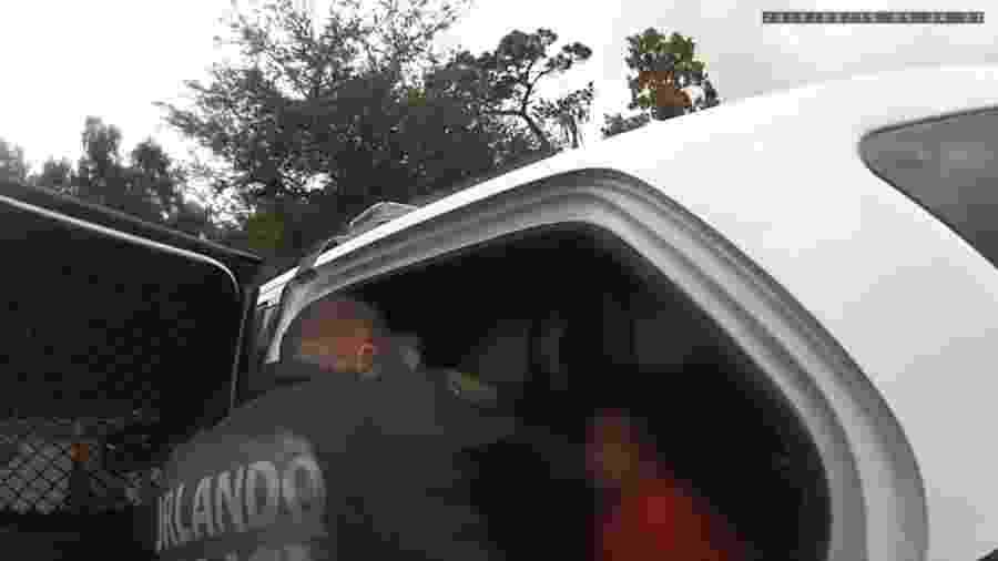 Vídeo registra Kaia Rolle sendo colocada em viatura; menina foi transferida de escola pela família, e policial foi demitido - BBC/Reprodução