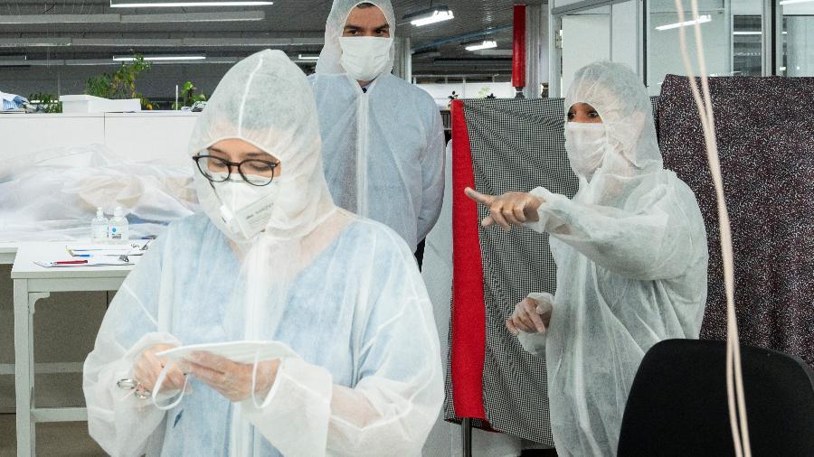 Premiê espanhol, Pedro Sánchez, usa trajes de proteção em loja de Madri -