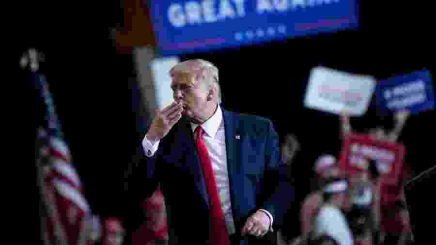 O presidente dos Estados Unidos, Donald Trump, diz que o anúncio foi motivado pela eleição - Brendan Smialowski/AFP