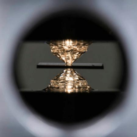 Um dispositivo de alta pressão chamado bigorna de diamante foi usado para o experimento - UNI ROCHESTER / J. ADAM FENSTER