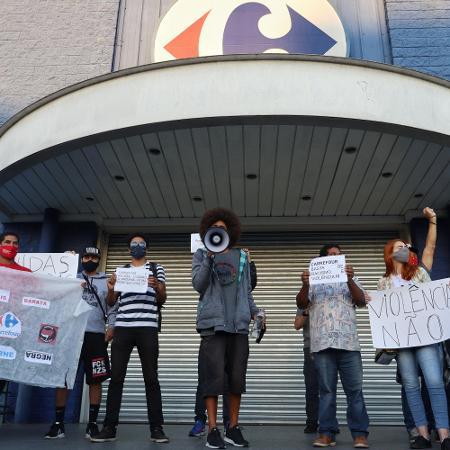 20/11/2020 - Manifestação em frente à loja do Carrefour em Curitiba (PR) - Luis Pedruco/Futura Press/Estadão Conteúdo