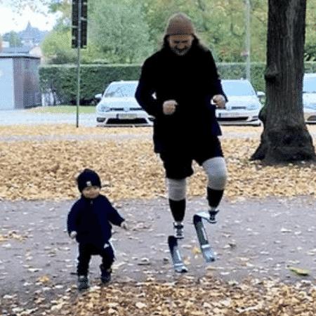Alexander usa próteses para poder brincar ao ar-livre com filho de 1 ano - Reprodução
