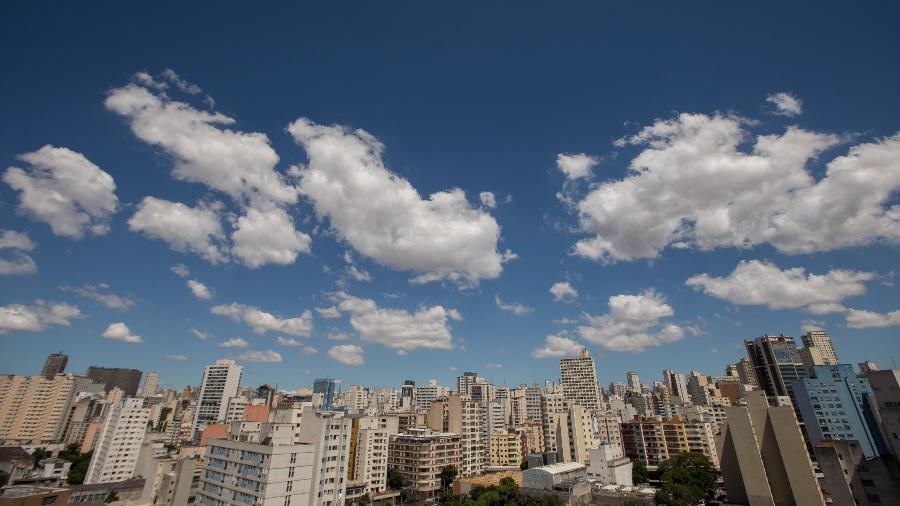 Foto de abril de 2020 mostra a região central de São Paulo com nítida diminuição visual da poluição - Tiago Queiroz/Estadão Conteúdo