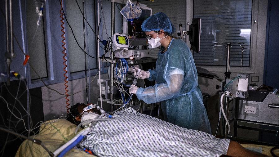 20.03.2021 -- Paciente recebe cuidados em hospital de Paris, França, no dia 18 - CHRISTOPHE ARCHAMBAULT / AFP