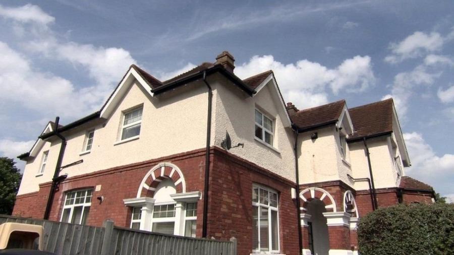 """Fachada de Shirley Oaks, um dos abrigos investigados e hoje fechado, onde crianças com menos de cinco anos eram expostas a abusos sexuais, de acordo com a investigação; uma menina foi estuprada """"mais de 500 vezes"""" por garotos mais velhos, segundo depoimentos - BBC"""
