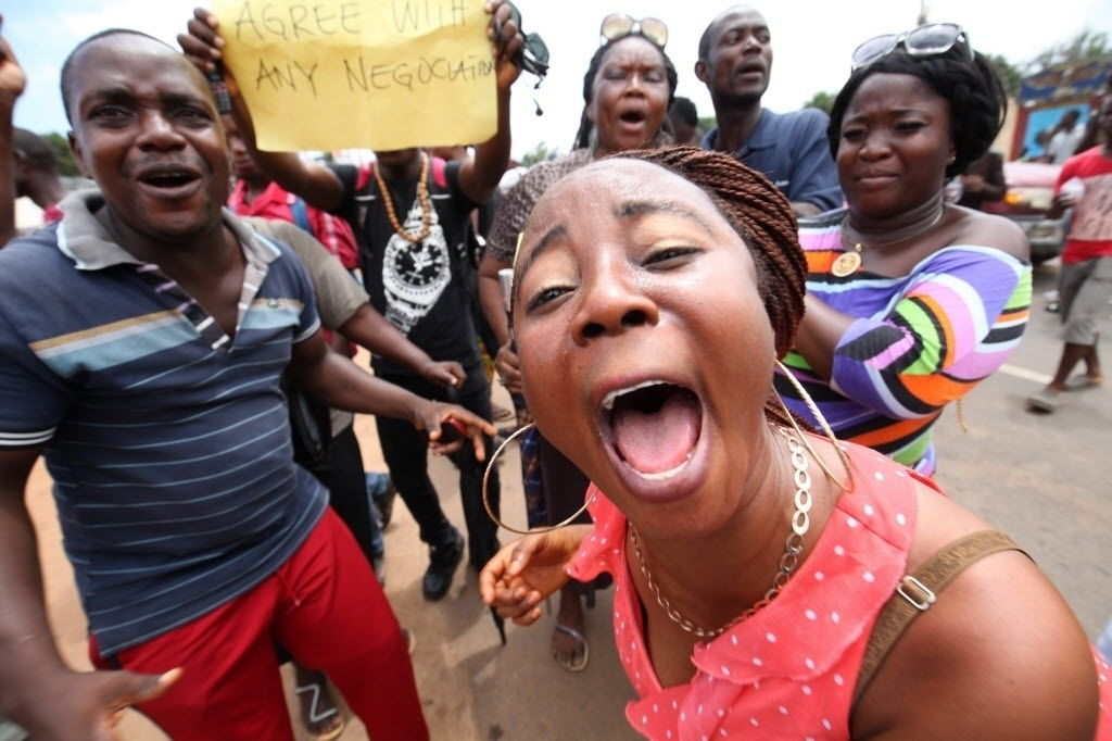 1ºjul.2015 - Trabalhadores da área de saúde protestam frente ao ministério da Saúde da Libéria, na capital Moróvia. Um novo caso de ebola foi confirmado nesta quarta-feira (1º) após o país ter sido declarado em maio como o primeiro do continente africano a estar livre da doença