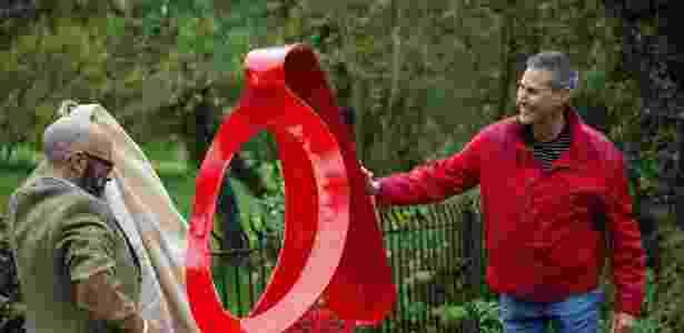 6.out.2015 - O ilusionista Uri Geller (à direita), de 68 anos, que ficou famoso por entortar colheres, inaugura uma escultura de uma colher torta no vilarejo de Sonning, em Berkshire, Inglaterra. A obra foi feita por Paul Wells - CityPress/Estadão Conteúdo - CityPress/Estadão Conteúdo