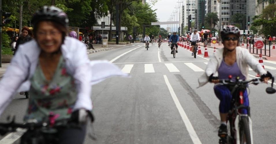 18.out.2015 - Ciclistas aproveitam a avenida Paulista, na região central de São Paulo, aberta para lazer. Depois de dois testes realizados em junho e agosto, a prefeitura decidiu fechar a via para carros aos domingos, das 9h às 17h, apesar da oposição do Ministério Público
