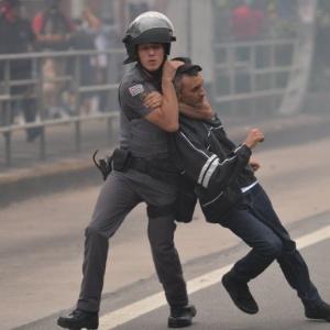 Policial Militar aplica golpe ao prender manifestante em São Paulo