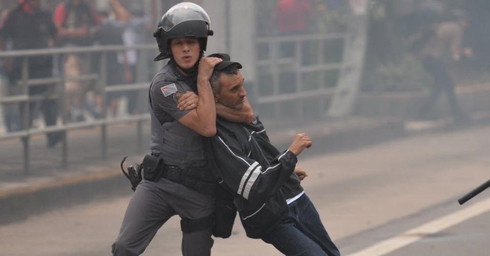 12.jan.2016 - Policial aplica golpe ao prender manifestante durante protestos contra o aumento da tarifa do transporte público em São Paulo. As passagens de ônibus e metrô subiram de R$ 3,50 para R$ 3,80