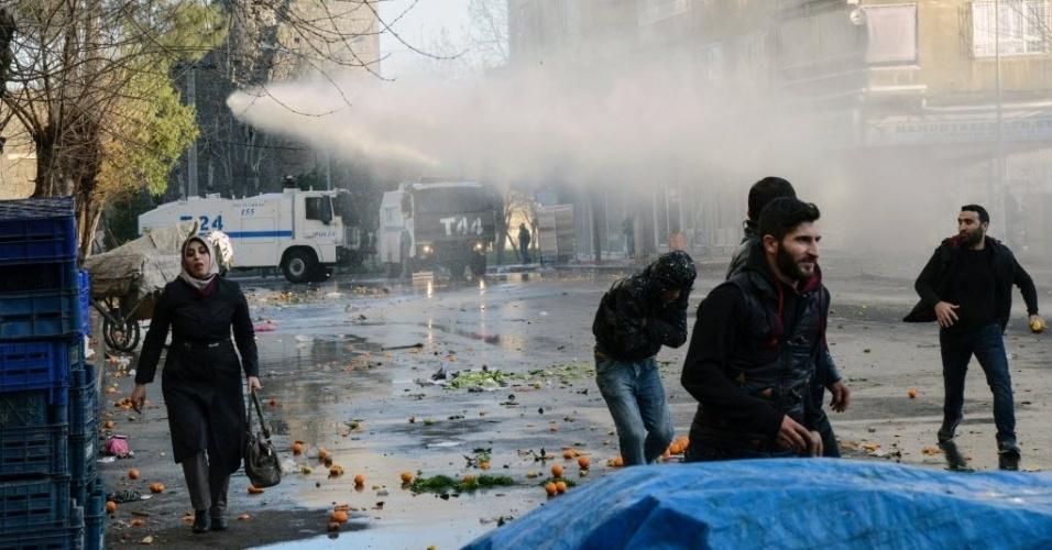 2.mar.2016 - Policiais usam gás lacrimogêneo e jatos de água para dispersar manifestantes durante um protesto contra um toque de recolher em Diyarbakir, no sudeste da Turquia. A manifestação reuniu milhares de pessoas e pretendia chegar até o bairro do sul, no centro histórico da maior cidade do sudeste do país, onde há três meses vigora o de toque de recolher e são registrados confrontos entre as forças de segurança e simpatizantes da guerrilha curda PKK