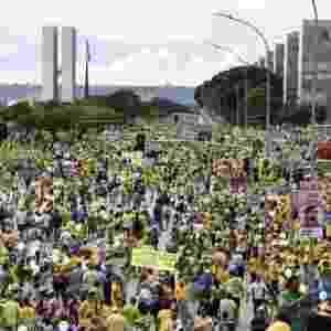 13.mar.2016 -Manifestantes protestam contra o contra o governo Dilma Rousseff (PT), em frente a Esplanada dos Ministérios, em Brasília. Manifestações devem ocorrer em pelo menos 415 cidades brasileiras e outras 23 no exterior, de acordo com os movimentos organizadores - Evaristo Sá/AFP