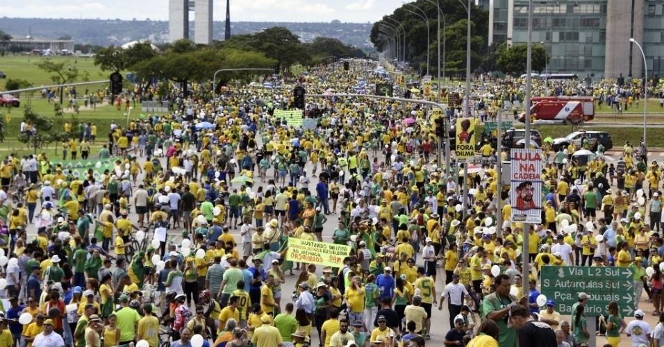 13.mar.2016 -Manifestantes protestam contra o contra o governo Dilma Rousseff (PT), em frente a Esplanada dos Ministérios, em Brasília. Manifestações devem ocorrer em pelo menos 415 cidades brasileiras e outras 23 no exterior, de acordo com os movimentos organizadores