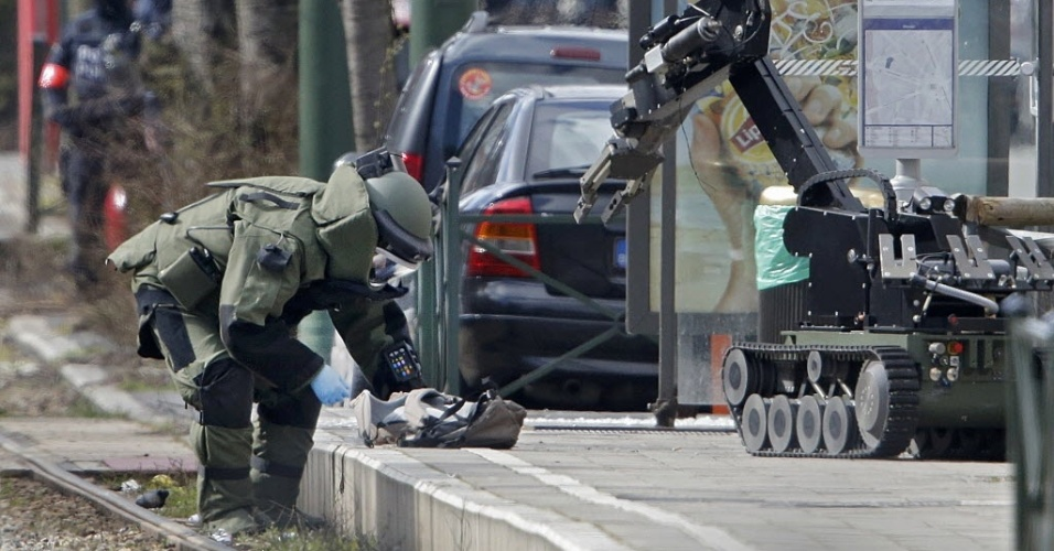 25.mar.2016 - Polícia Federal da Bélgica usa um robô em operação antiterror no distrito de Schaerbeek, em Bruxelas, capital belga alvo de atentados na terça que deixaram pelo menos 30 mortos e mais de 300 feridos