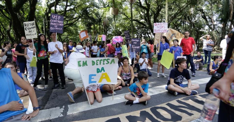 31.mar.2016 - Funcionários e estudantes da USP protestam contra o desmonte da universidade na manhã desta quinta-feira (31)