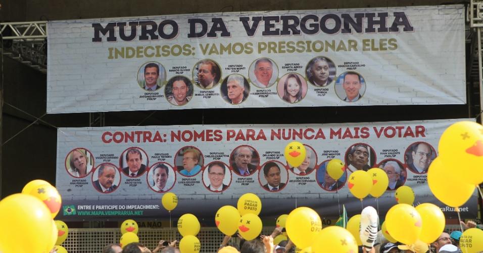 """3.abr.2016 - O movimento Vem Pra Rua, que se posiciona contra o governo Dilma Rousseff (PT) desde sua criação, inaugurou o que chama de """"Muro da Vergonha"""" na fachada do prédio da Fiesp (Federação das Indústrias do Estado de São Paulo), local em que se concentram manifestantes a favor do impeachment na avenida Paulista, em São Paulo. A intenção é pressionar deputados indecisos ou contra a saída da presidente"""