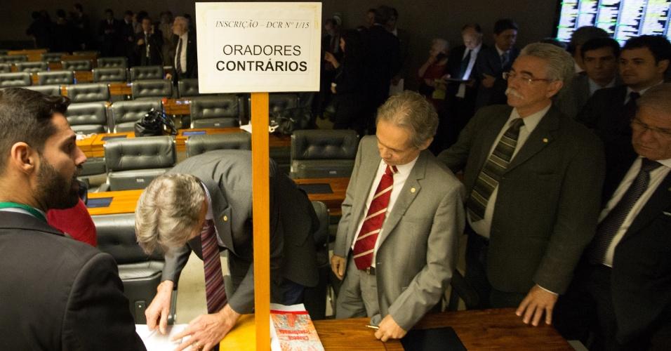 15.abr.2016 - Parlamentares contrários à saída de Dilma Rousseff fazem inscrição para discursar durante o debate na sessão do impeachment